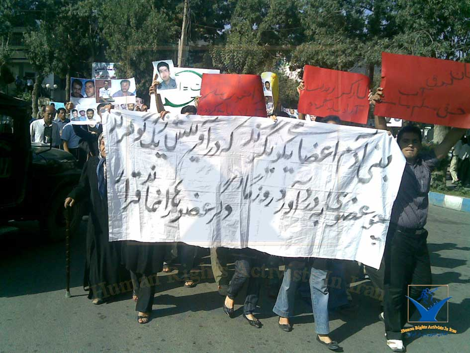 مجموعه از اعتراضات مهاباد گزارشگری می کند – ۱۳۷۸ – عکس از آرشیو مجموعه فعاالن حقوق بشر در ایران