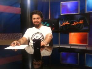 شاهین نجفی با پوشیدن تی شرت مجموعه فعالان حمایت خود از این نهاد را ابراز می کند – ۱۳۸۹ – عکس از آرشیو مجموعه فعالان حقوق بشر در ایران